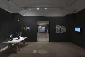 Sala de exposiciones. De izquierda a derecha: obras de Mercedes Jaén, Laura F. Gibellini y Joan Casaramona